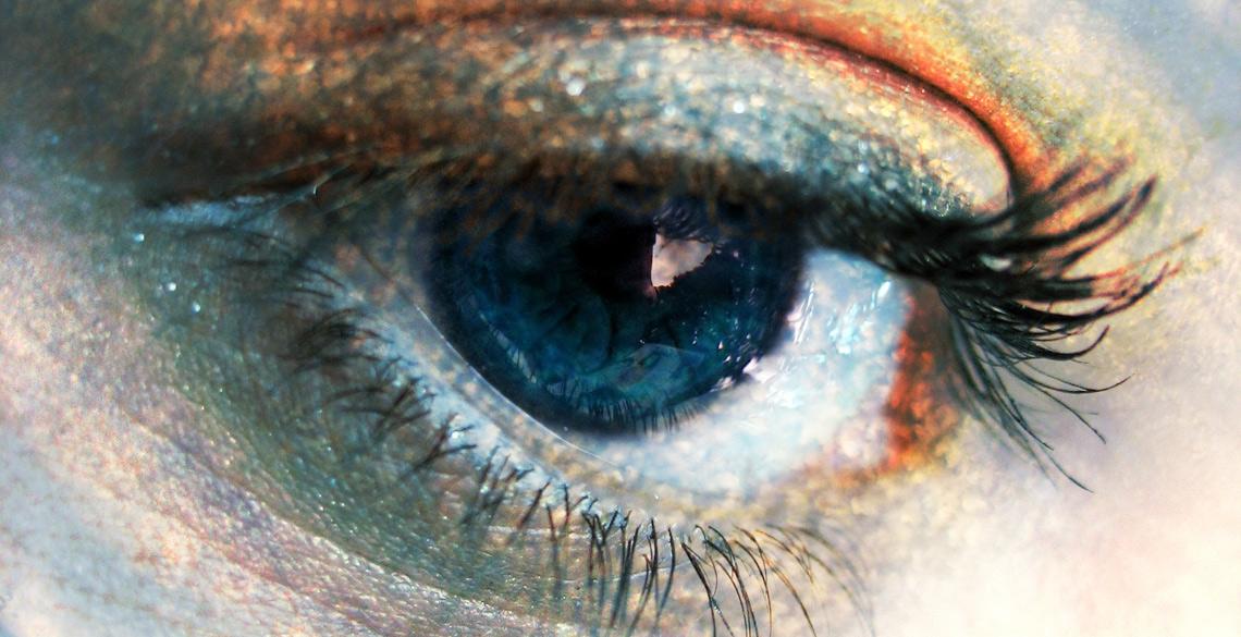 レーザー投影のメガネ型ARで角膜異常の重い障害に希望の光!