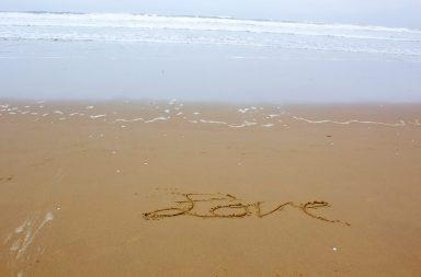 love-writing-on-beach_z1ffikf_