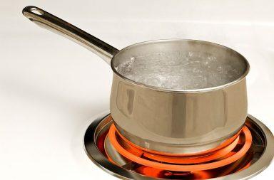pan-of-boiling-water-on-hot-burner_rkbl5atvi