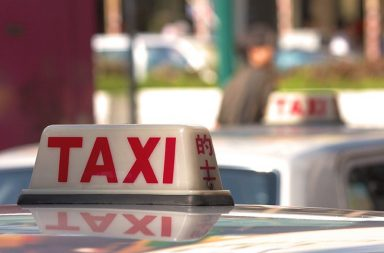 taxis-waiting-in-a-taxi-rank_mjpkmhwd