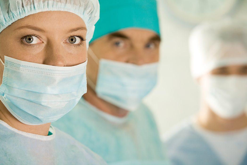 手術中に記念撮影、非常識な病院の実態!!