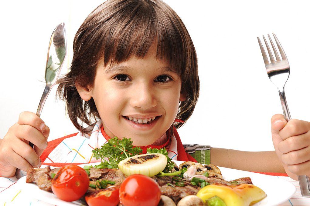 貧困家庭問題、子どもたちに十分な食事と教育の機会を