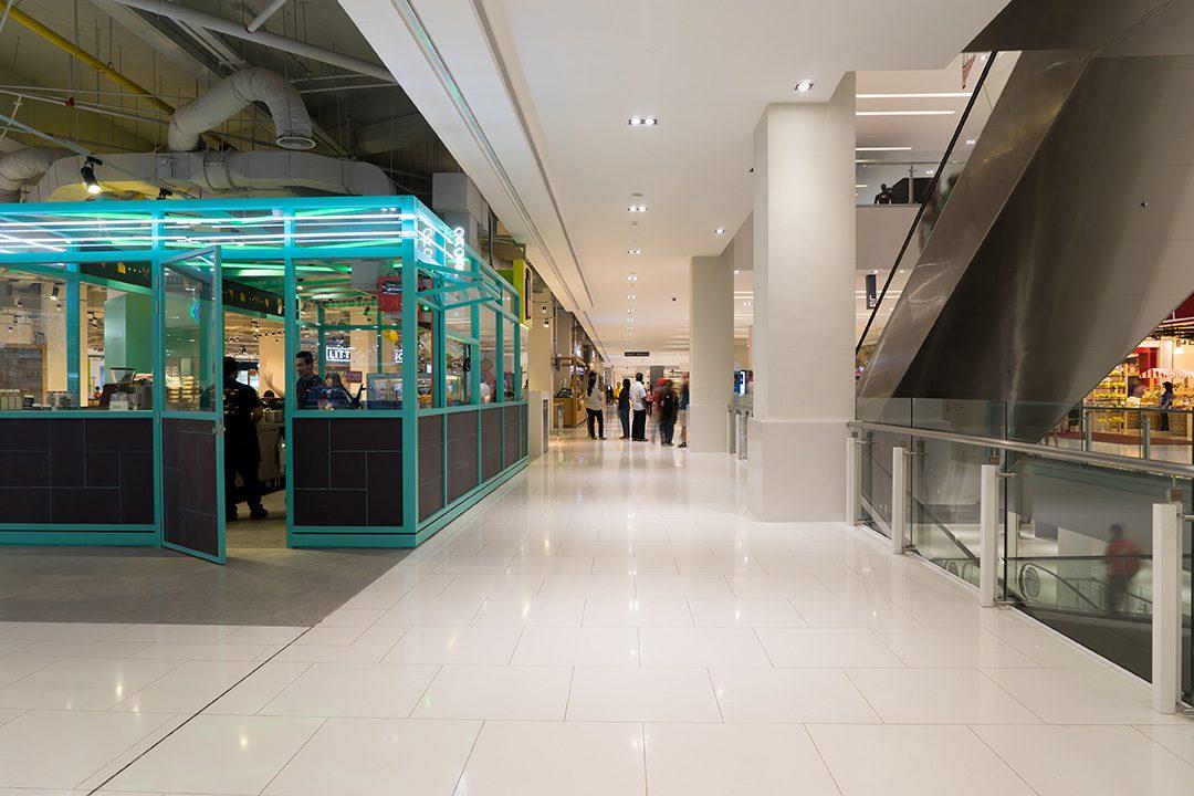 大規模商業施設と既存商店街の共存は可能か?明暗を分ける小さな工夫