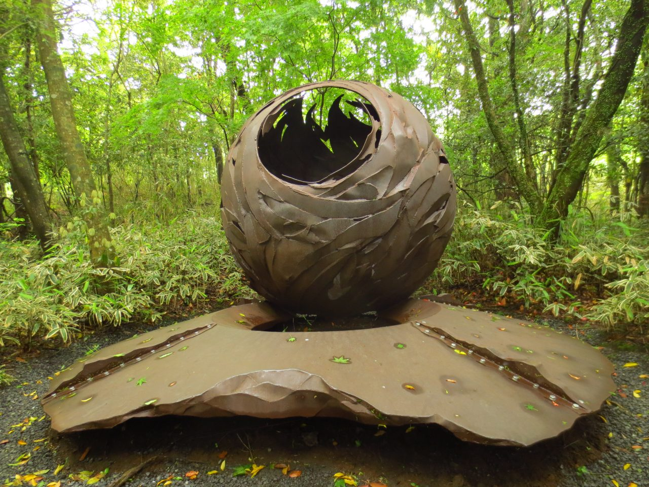 プログレッシヴ・ロックがよく合う非日常空間「霧島アートの森」へ。