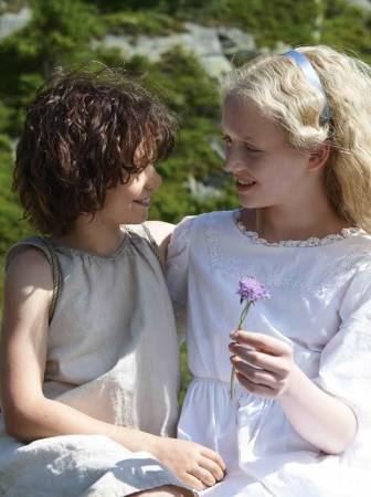 Wiedersehen in den Bergen: Heidi (Anuk Steffen) und Klara (Isabelle Ottmann)