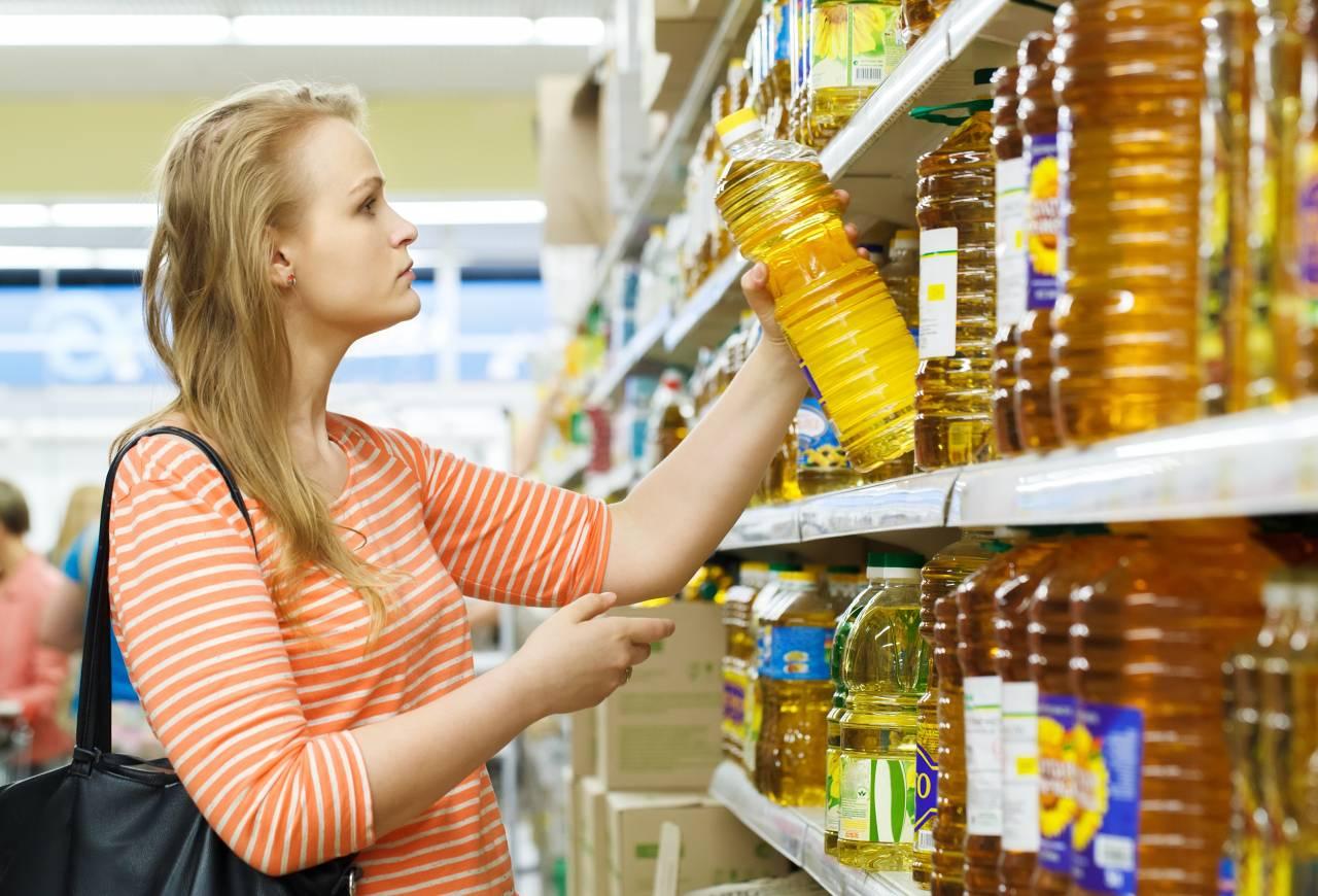 お茶やジュースはコンビニや自動販売機で買いますか?安いスーパーで買いますか?