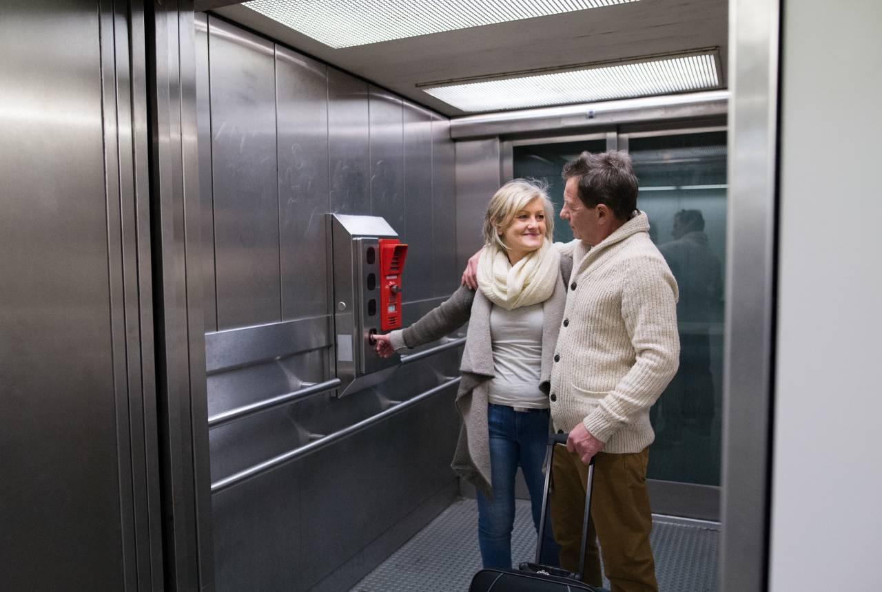 エレベーターの立ち位置や側面のボタンの理解で思いやりの気持ちを…。