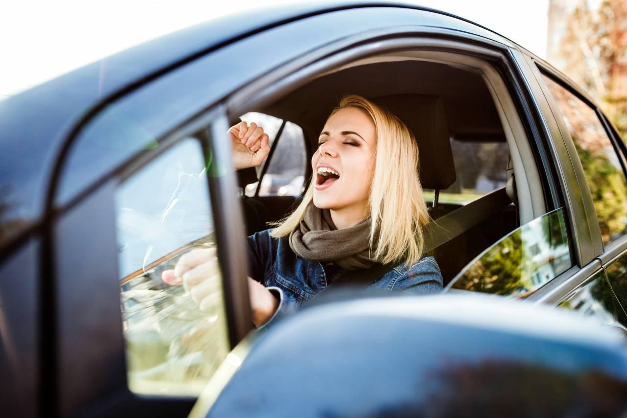 行楽の秋!楽しくドライブするための車酔い予防対策!