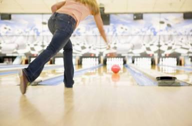woman-bowling-rear-view_sylxatrho