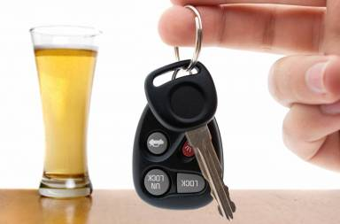 drunk-driving-conceptual-image-with-a-hand-holding-some-car-keys-and-a-glass-of-beer-in-the-background-shallow-depth-of-field_sf
