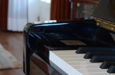 piano-on-a-living-room_fjw3zaao