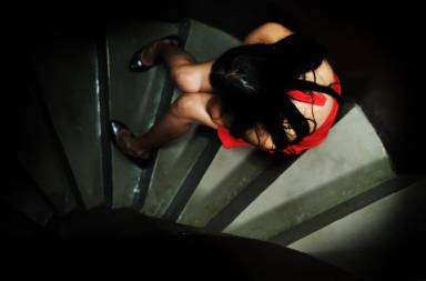 alone-sad-abandoned-lady-crying-on-steps-in-dark_sybdidaho