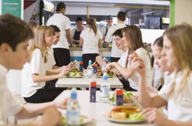 high-school-students-eating-in-the-school-cafeteria_bkcy4rabs