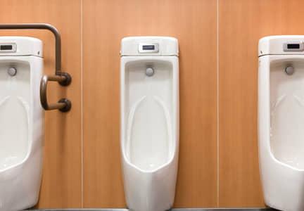 男子トイレに突然入ってくる女性清掃員をどう思いますか?